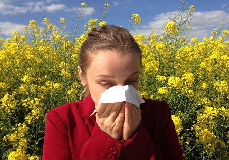 allergie-frau-taschentuch