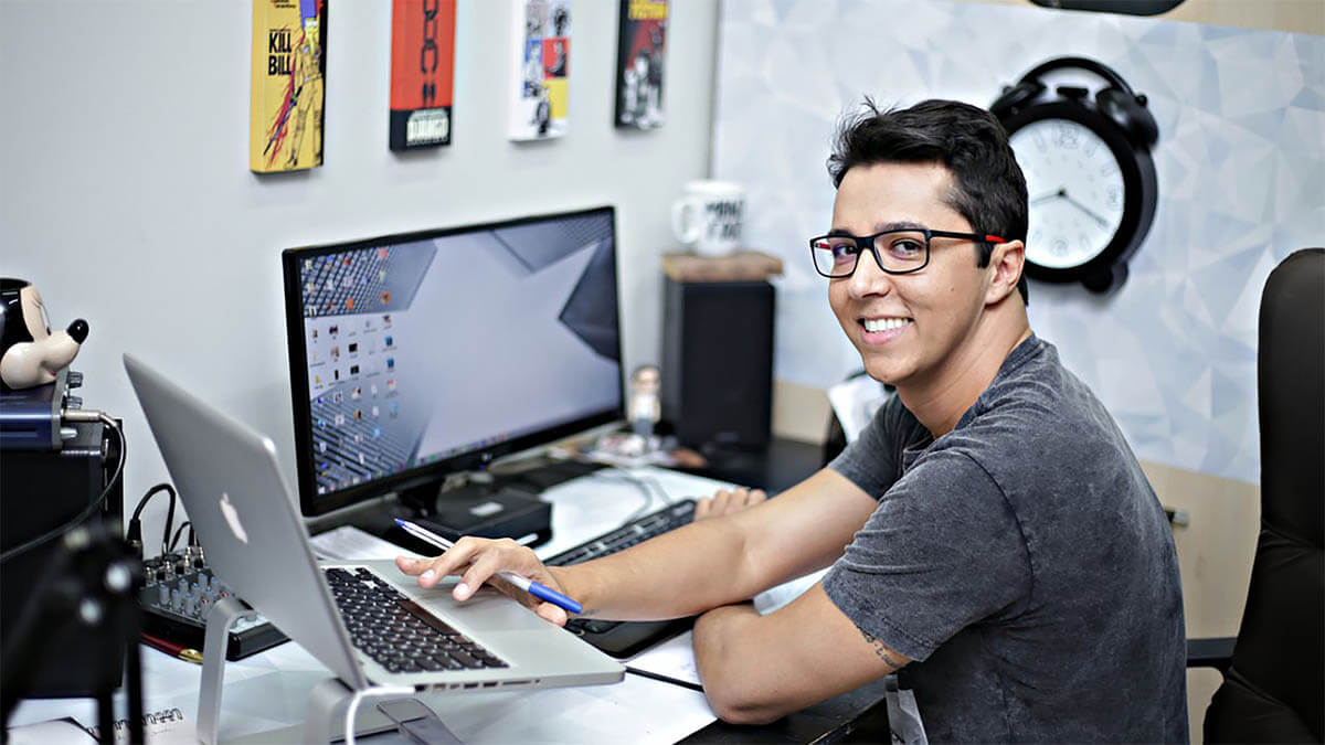 arbeit-laptop-gluecklich