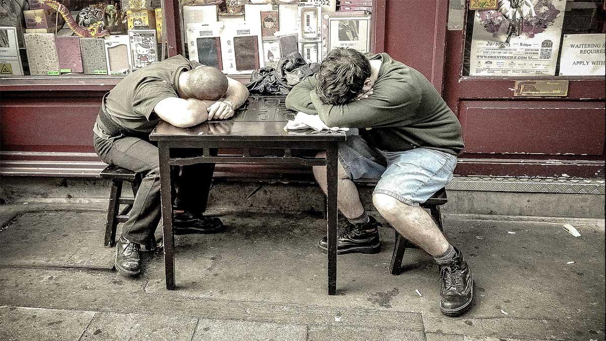 arbeiter-schlafen-am-tisch
