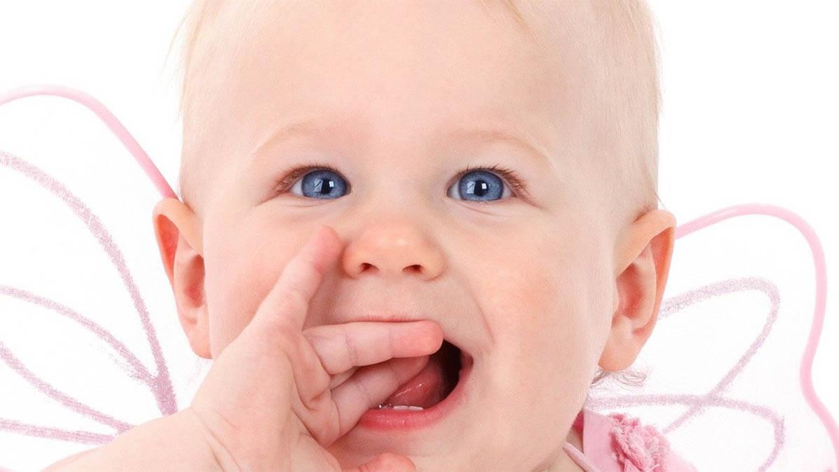 baby-blond-blaue-augen-lacht