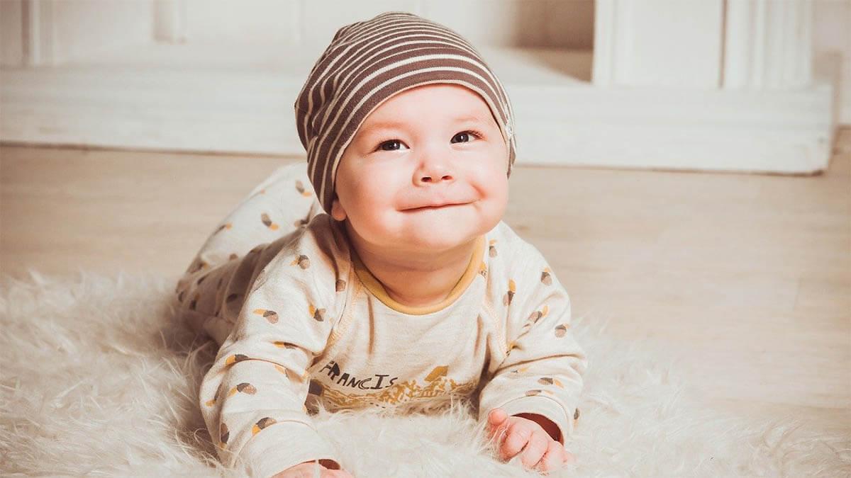 baby-mit-muetze-lacht