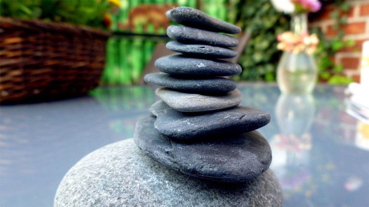 balancierte steine auf tisch