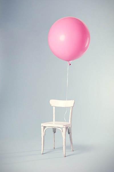 ballon festgebunden an stuhl