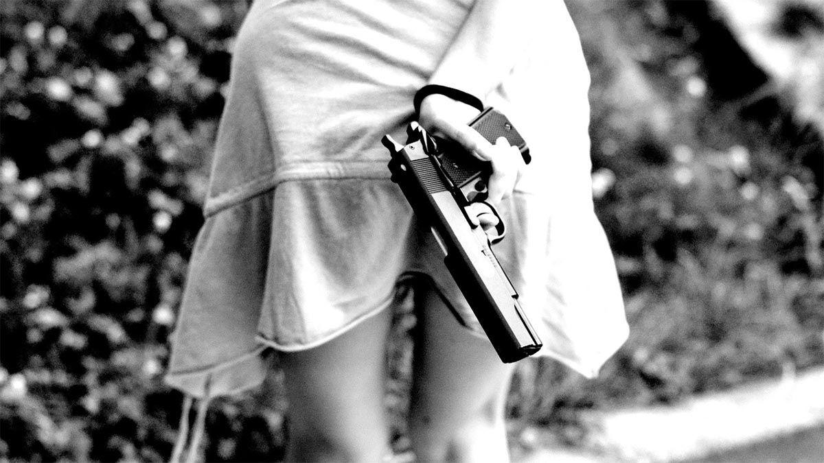 eifersuechtiges maedchen mit pistole