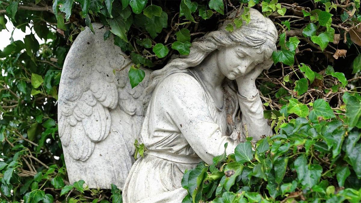 engel-im-strauch-traurig