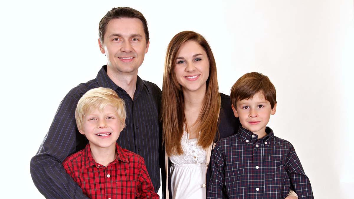 familie-mutter-vater-zwei-kinder