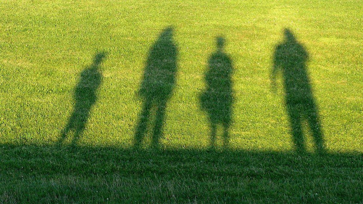 familie-schatten-auf-rasen
