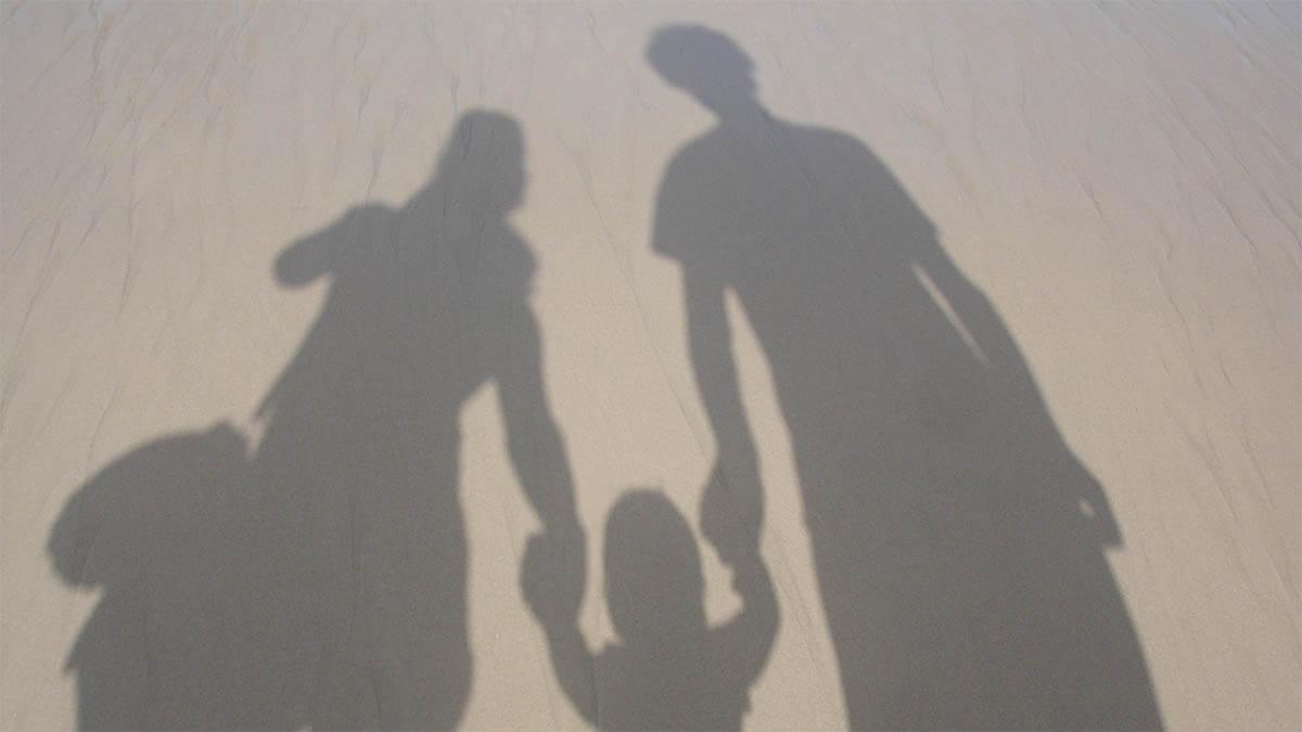 familie-schatten-strand