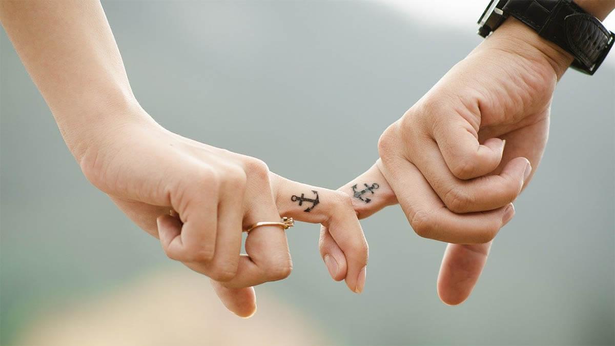 finger-verbunden-anker-tattoo