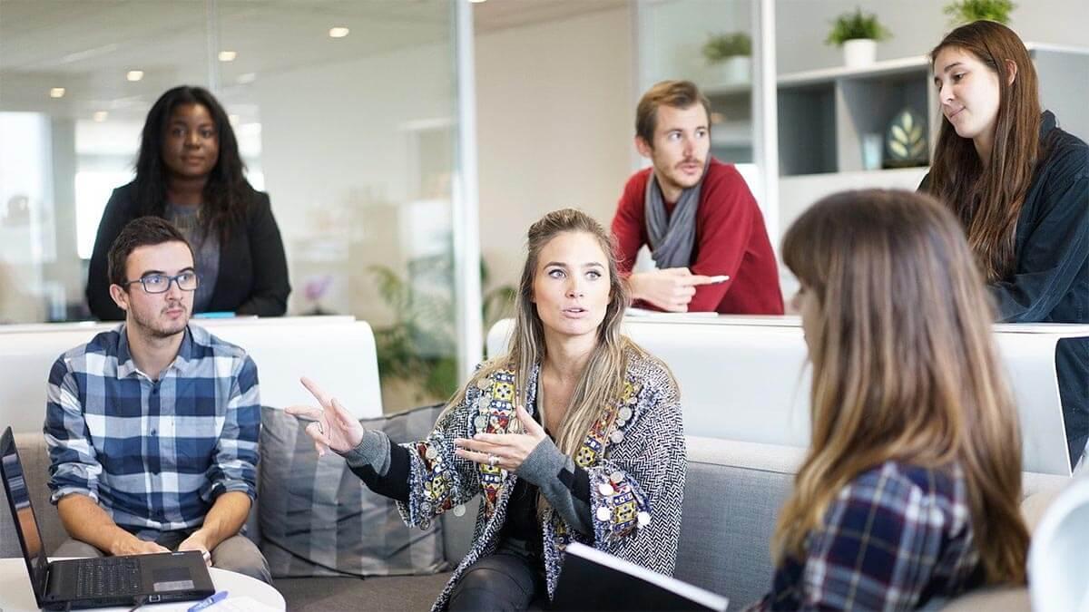 frau-arbeitskollegen-meeting