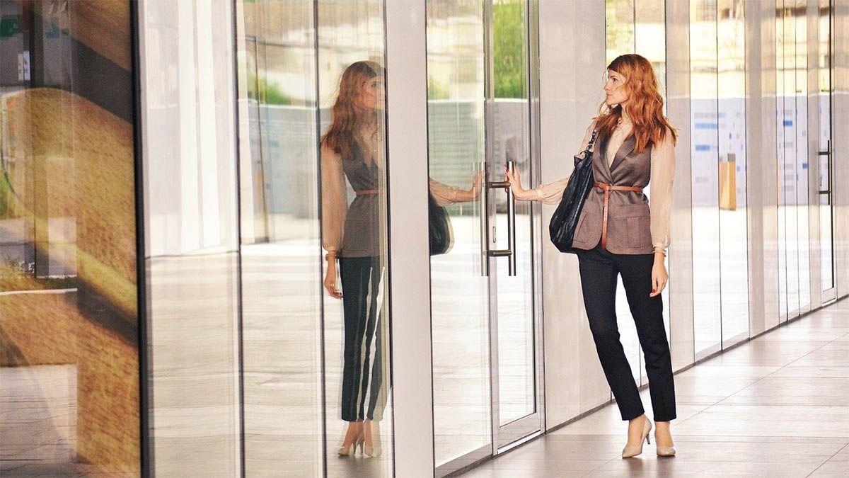 frau-businessdres-tuer-spiegelbild