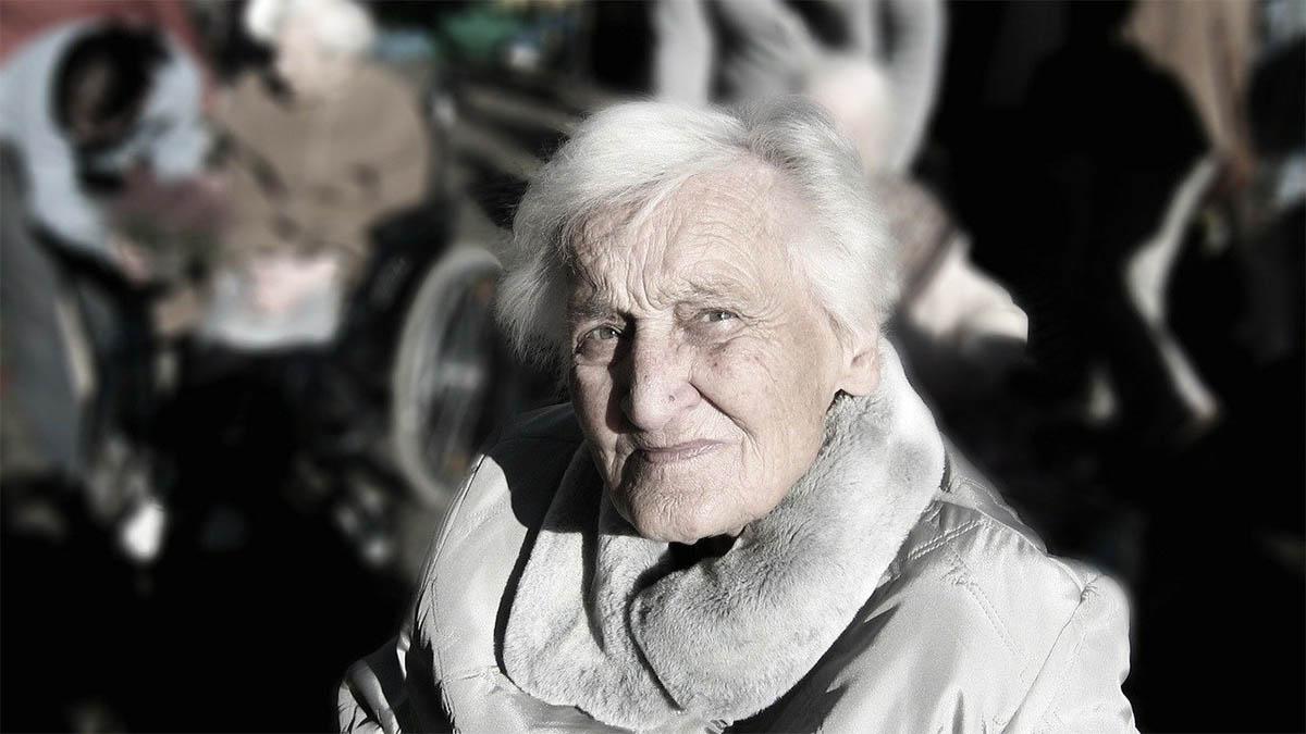 frau-demenz-starrer-blick-menschenmenge