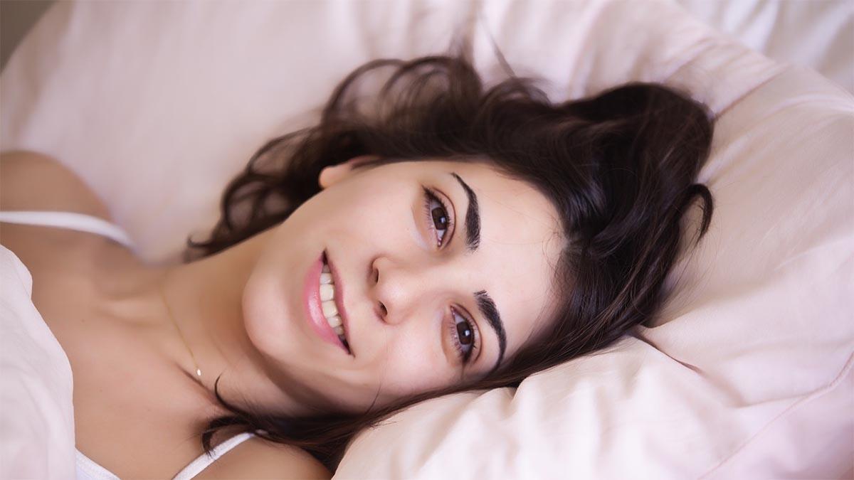 frau entspannt aufwachen