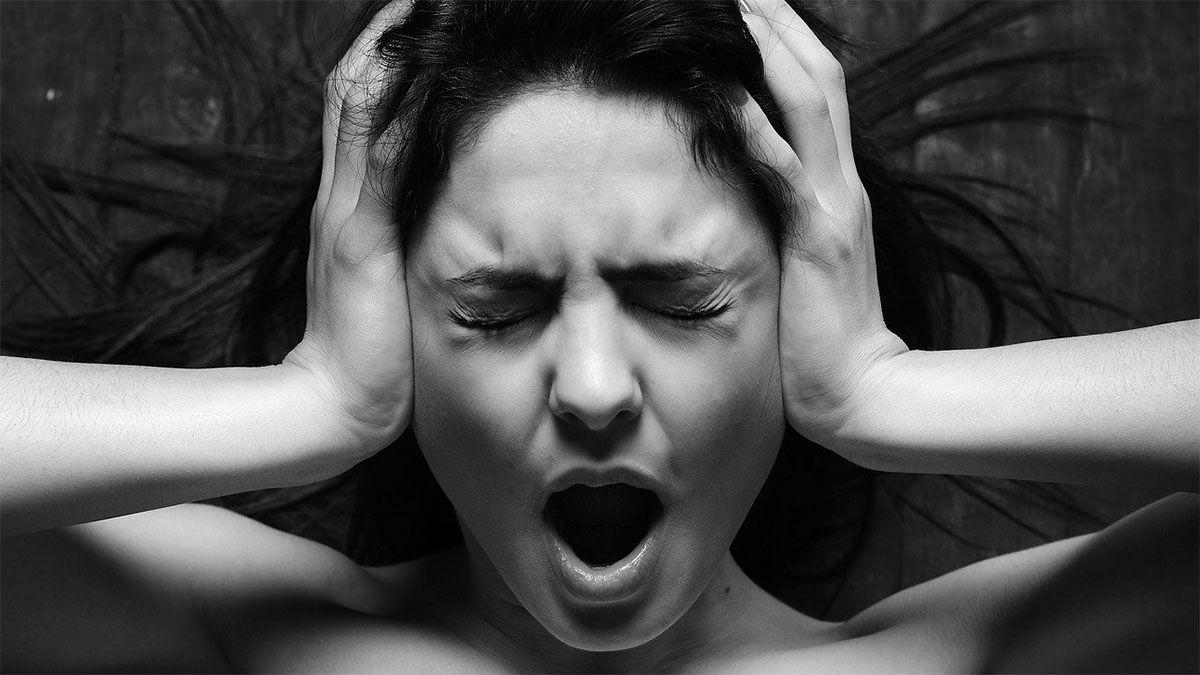 frau-gestresst-haelt-sich-ohren-zu-schwarz-weiss