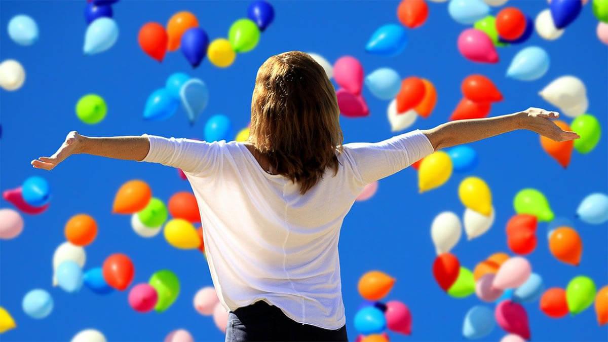 frau-gluecklich-luftballons