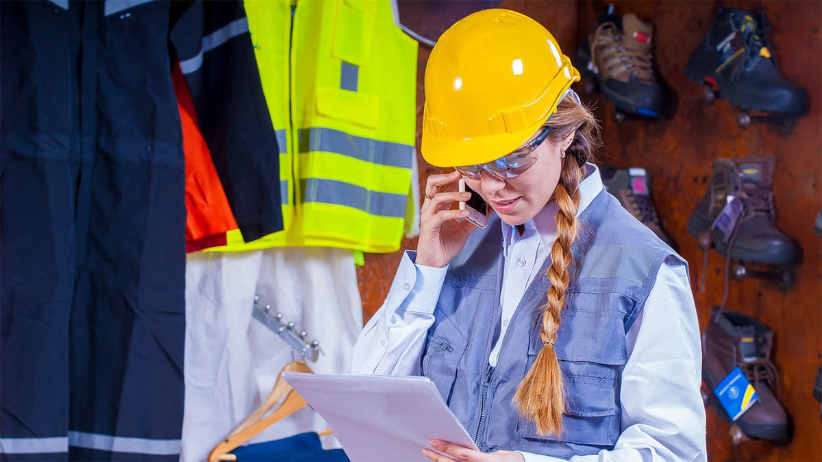 frau-helm-handwerk-telefoniert