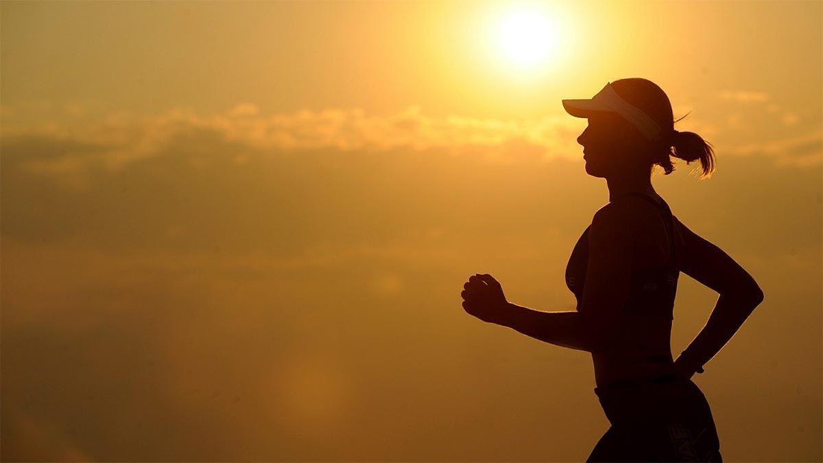 frau joggen sonnenuntergang