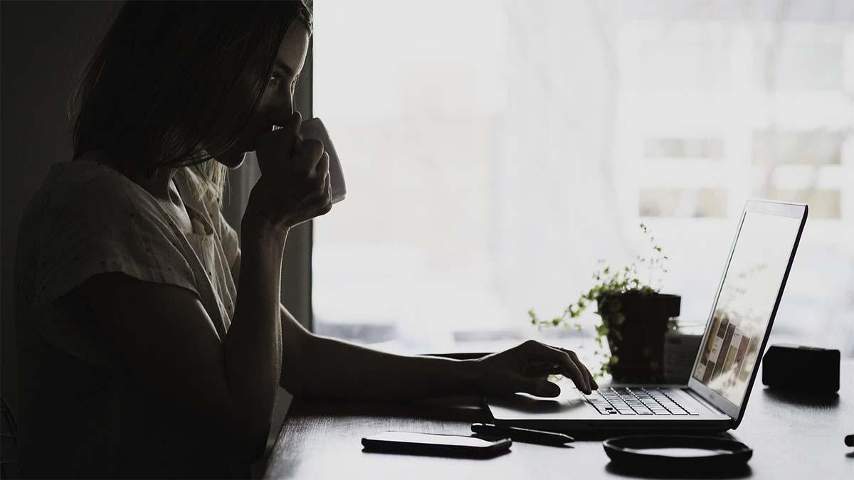 frau-laptop-demotiviert-arbeiten