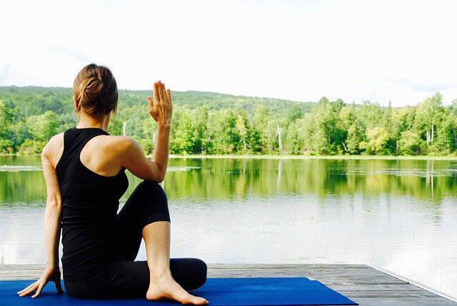 frau macht yoga am see klein