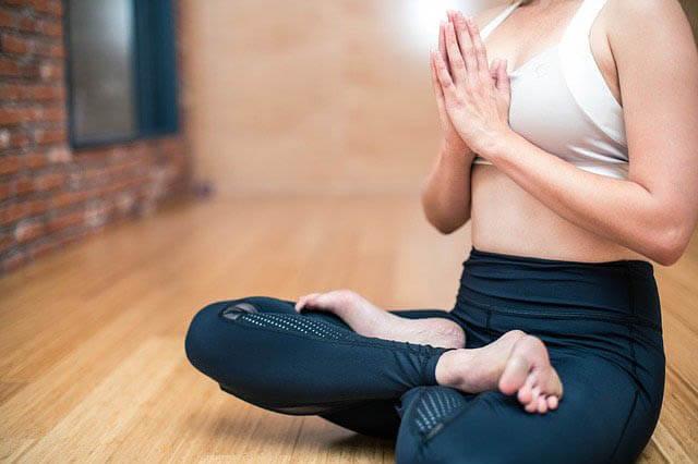 frau macht yoga klein