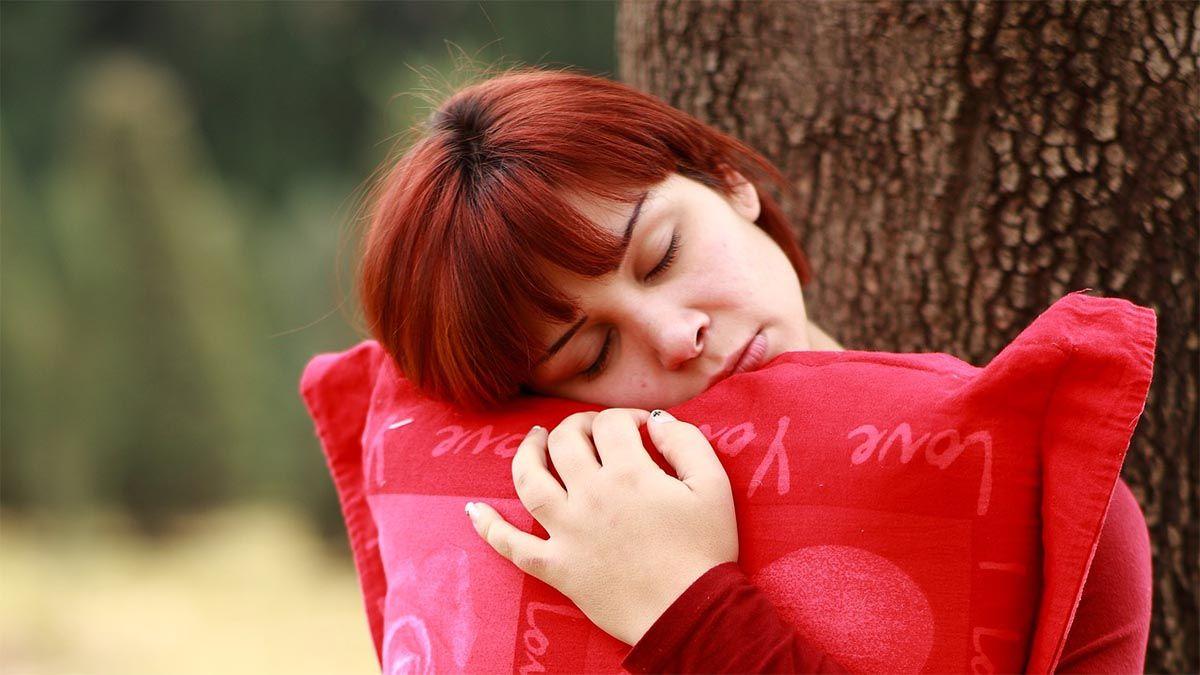 frau-muede-kissen-im-stehen-schlafen