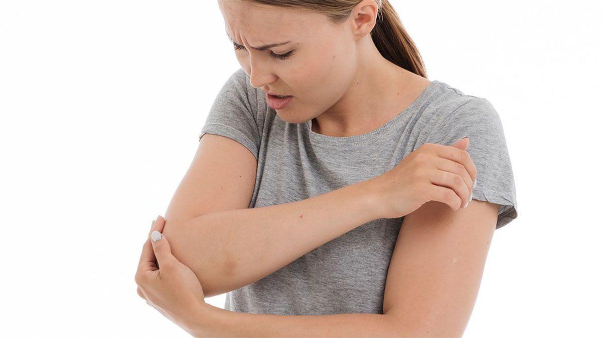 frau-schmerzen-ellenbogen-verletzt