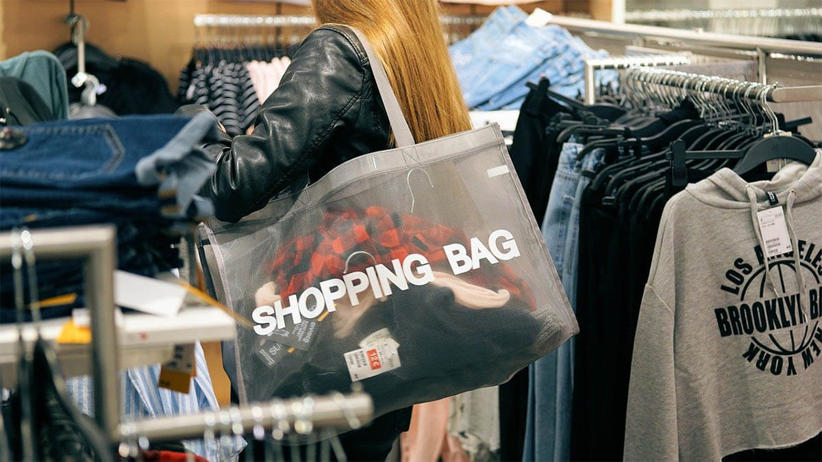 frau shoppen einkaufstueten an