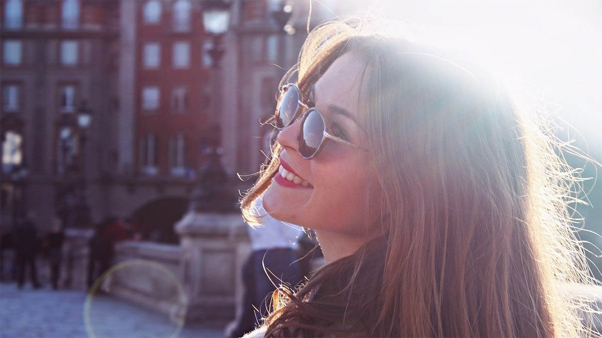 frau-sonnenbrille-gluecklich