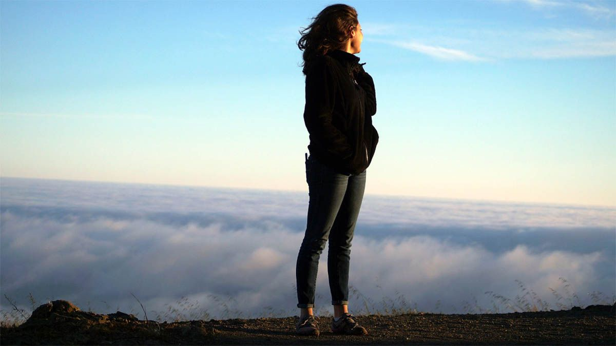 frau-wolken-berg