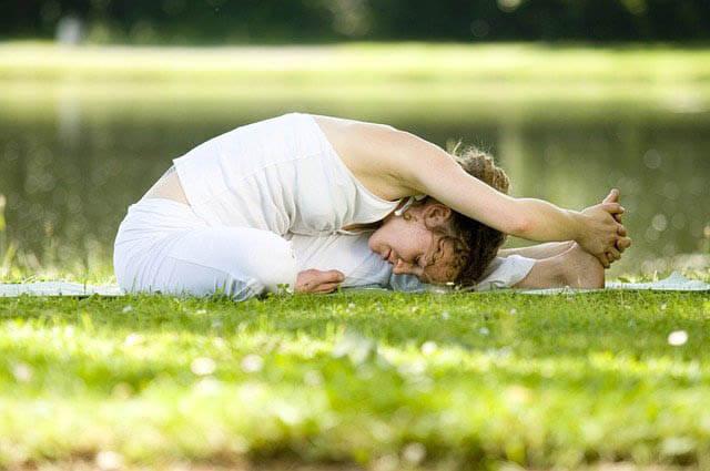frau yoga im garten klein