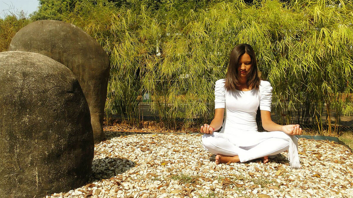 frau-yoga-steine-bambus