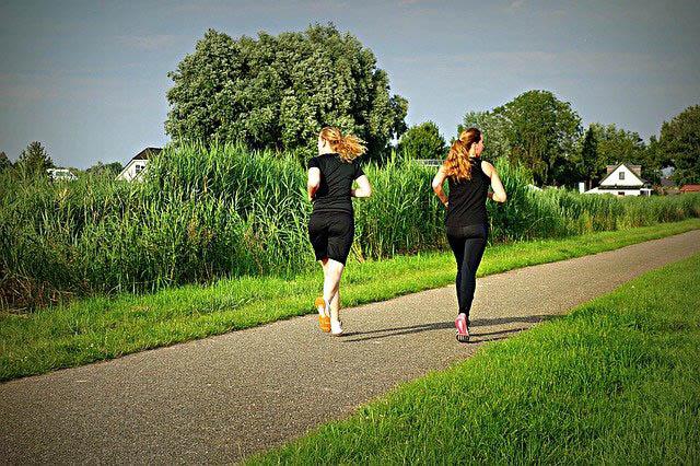 frauen joggen im freien