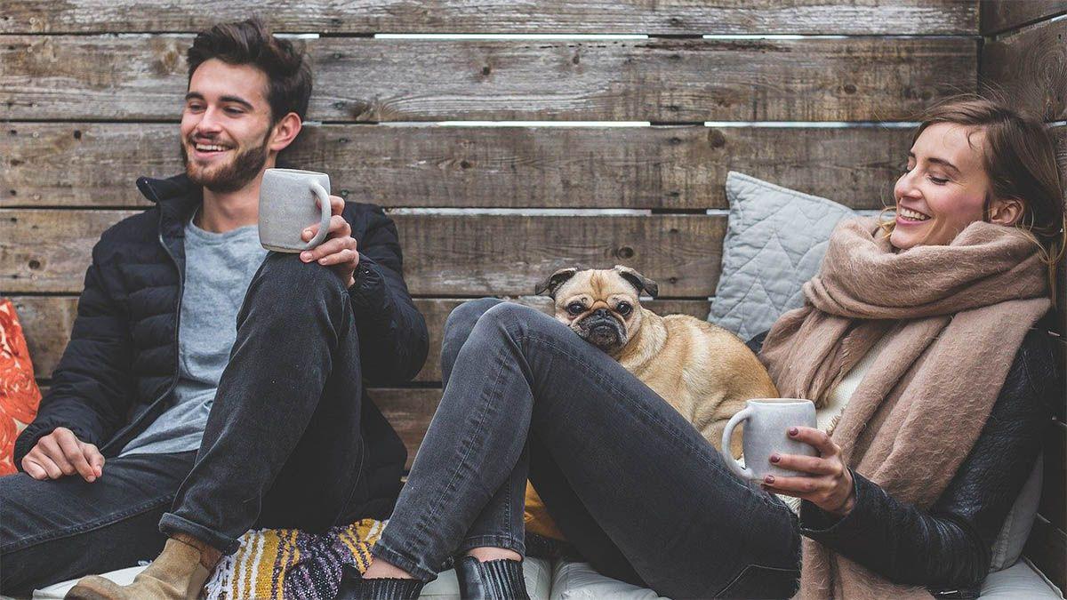 freunde-trinken-im-freien-kaffee-mit-mops