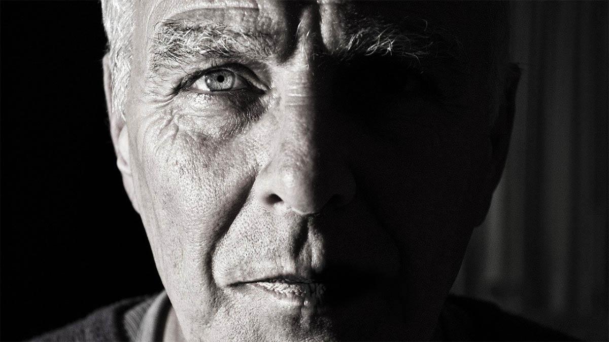 gesicht-alter-mann-ernster-blick