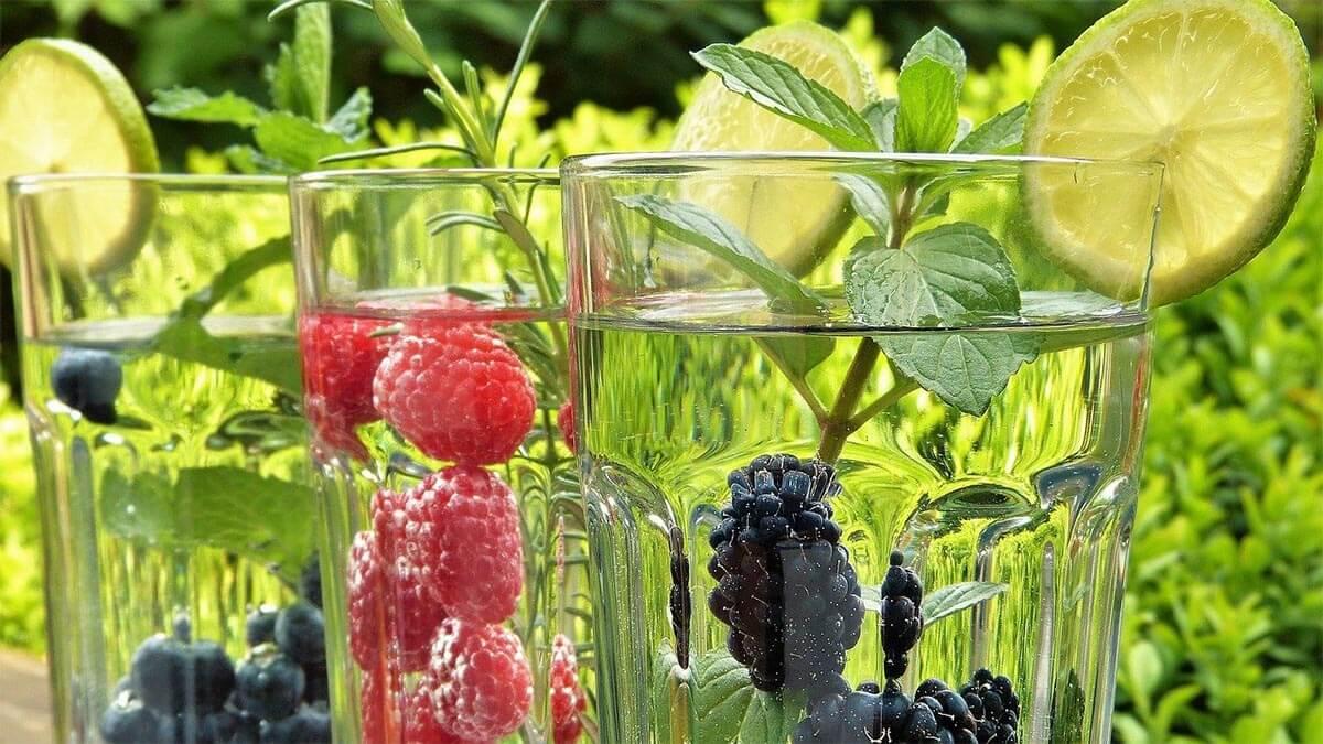 glaeser-fruechte-wasser-erfrischend-detox