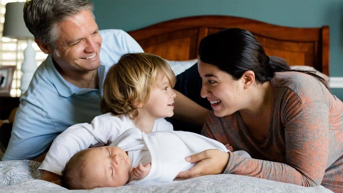 glueckliche-familie-zwei-kinder