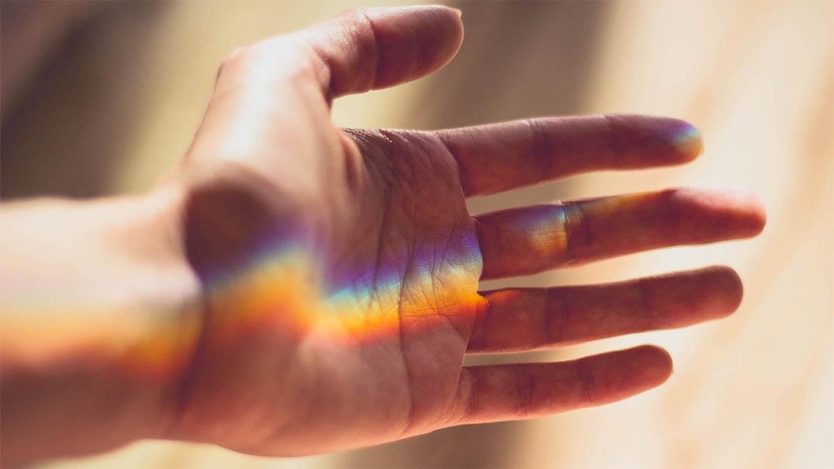 hand-lichtstrahlen-regenbogen