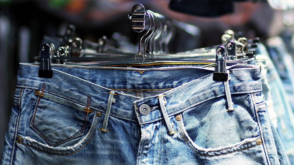 jeans an der stange an