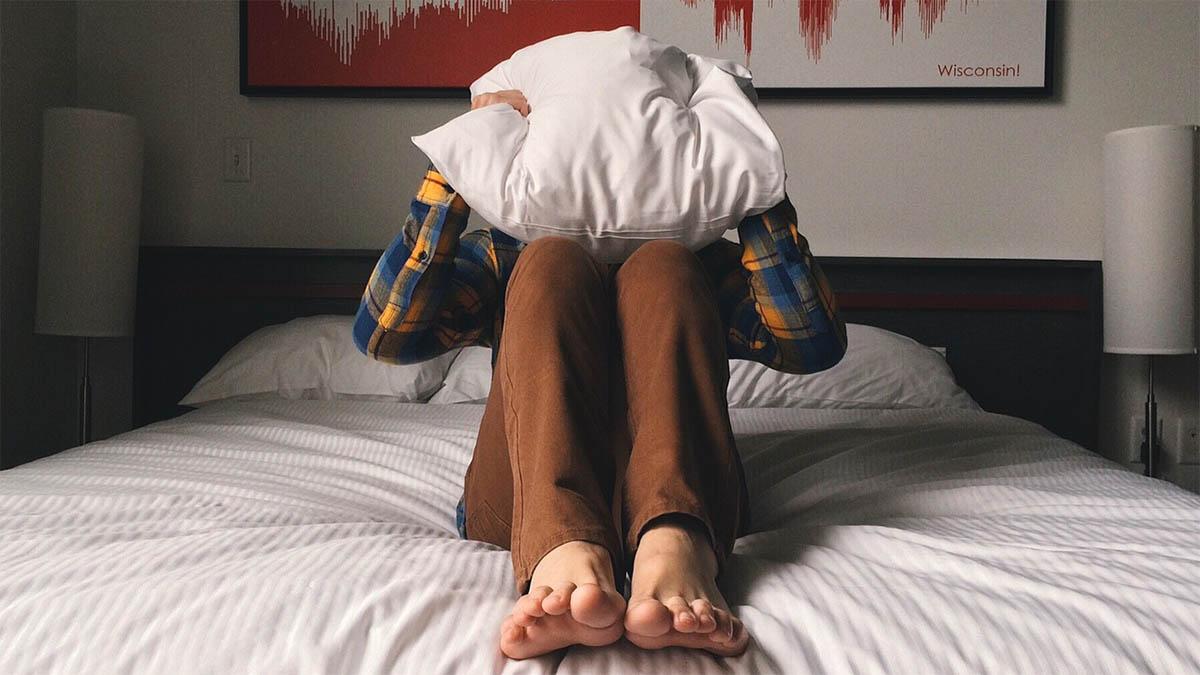 kind-einschlafprobleme-healt-kissen-ueber-kopf