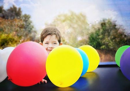 kind junge luftballons