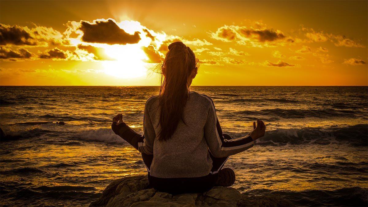 kind-meditation-sonnenuntergang
