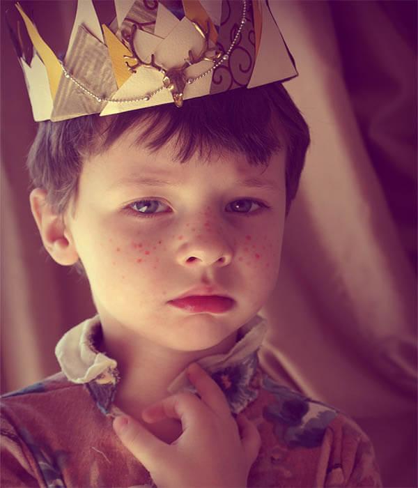 kind mit krone strenger blick