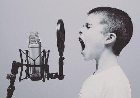 kind stimme mikrofon