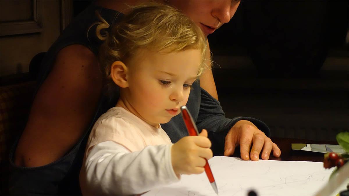 kind-und-mutter-zeichnen-kreativitaet
