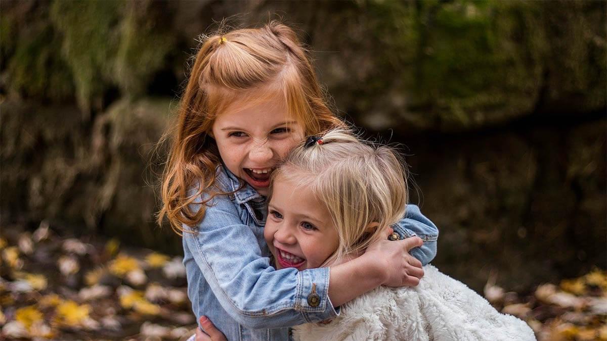 kinder-umarmen-sich-gluecklich