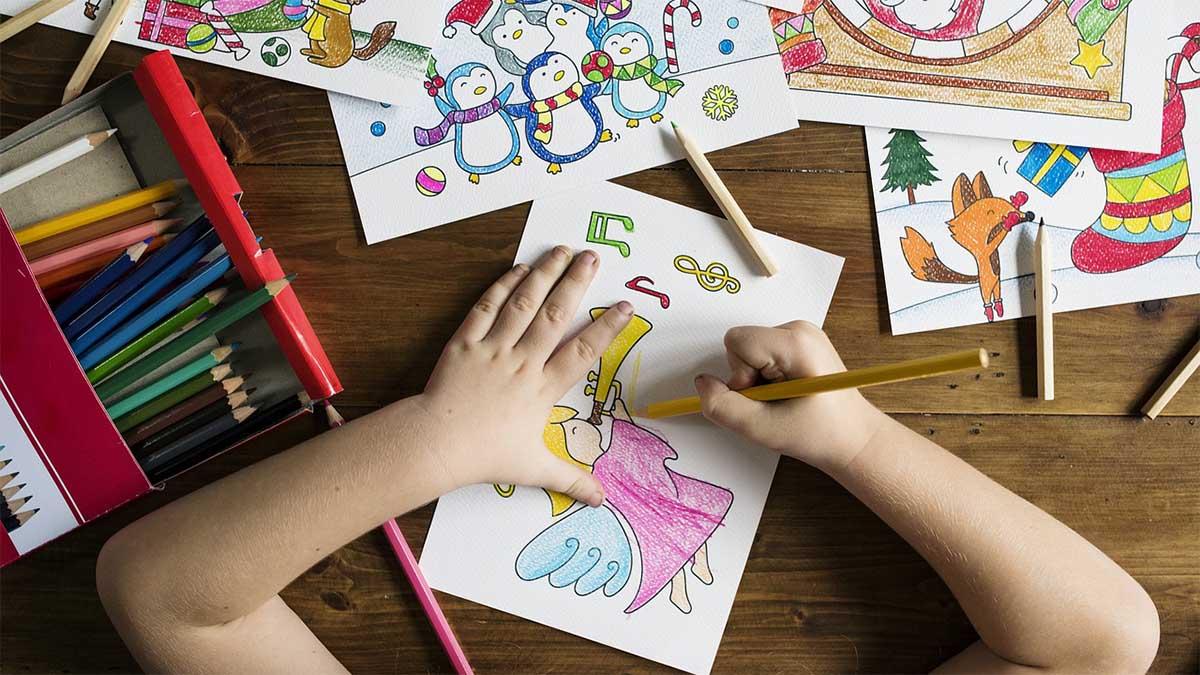 kindererziehung-maedchen-zeichnet-mit-buntstiften