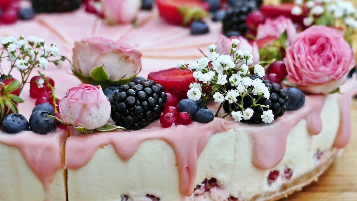 kuchen verziert fruechte blumen