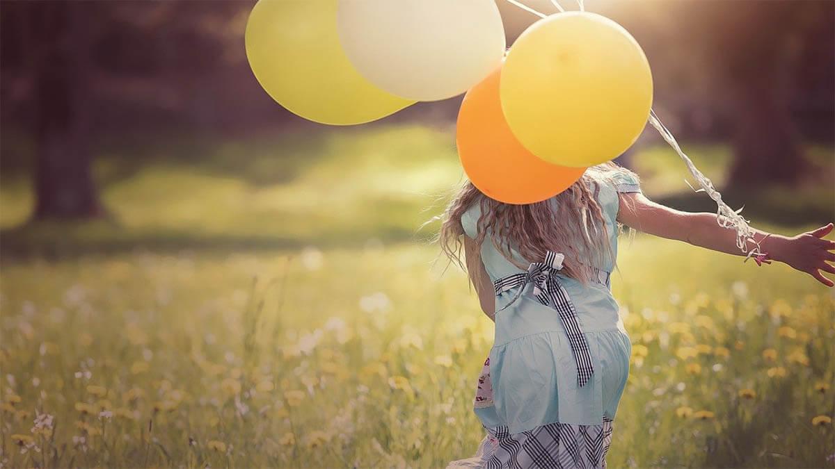 maedchen luftballons wiese