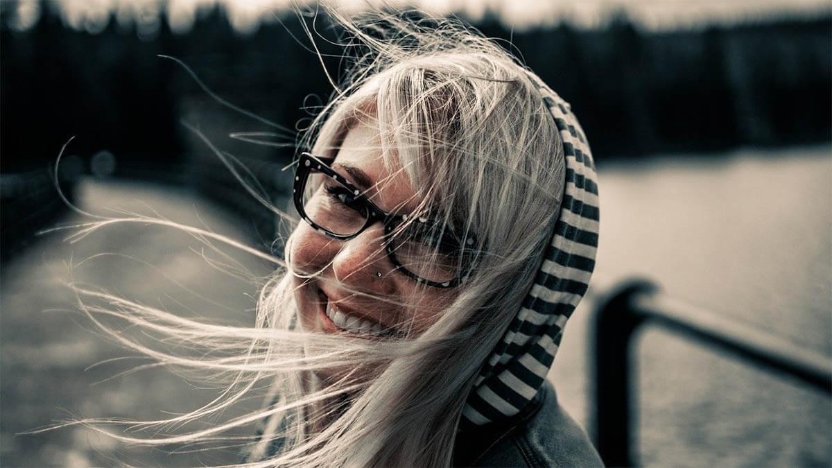 maedchen-mit-brille-gluecklich-lacht