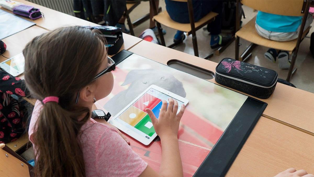 maedchen-schule-tablet